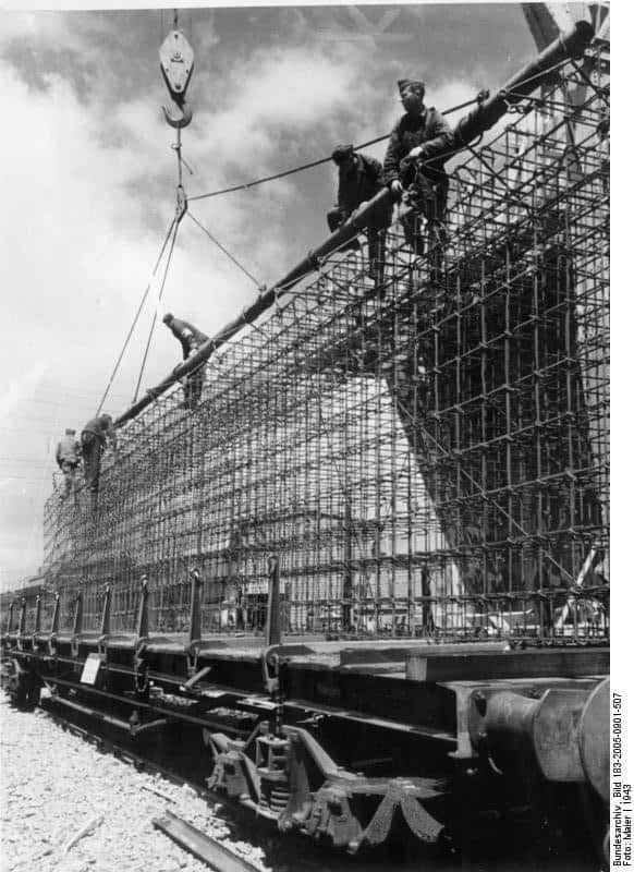 Transport de ferrailles déstinée à la construction du mur de l'Atlantique.