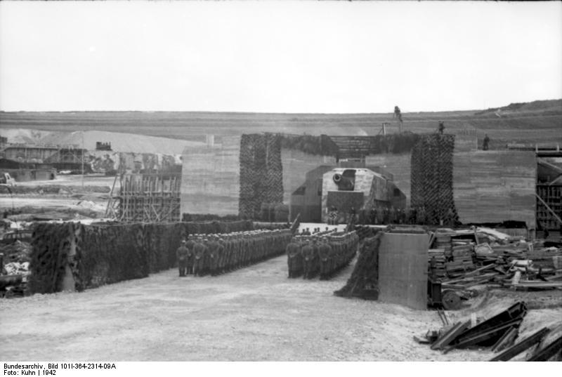 """En France une Batterie """"Lindemann"""" du Mur de l'Atlantique en 1942;"""