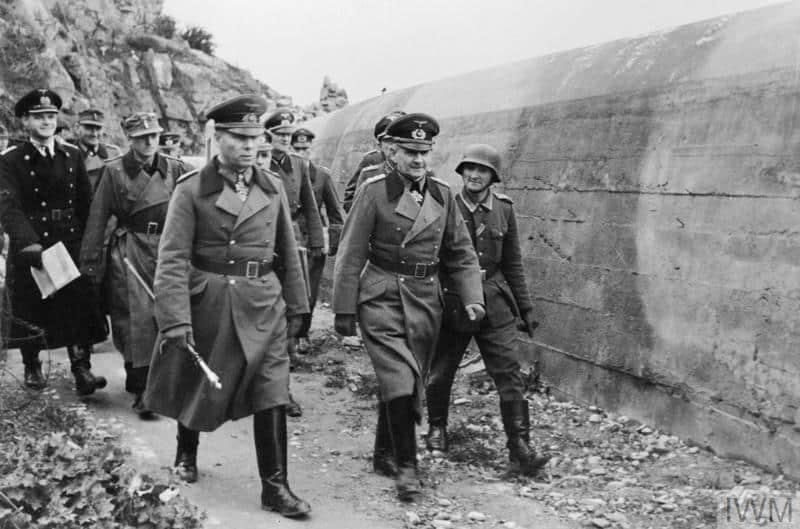 Le maréchal Erwin Rommel, commandant des forces allemandes anti-invasion, inspecte les défenses allemandes sur le mur de l'Atlantique.. Copyright: © IWM.