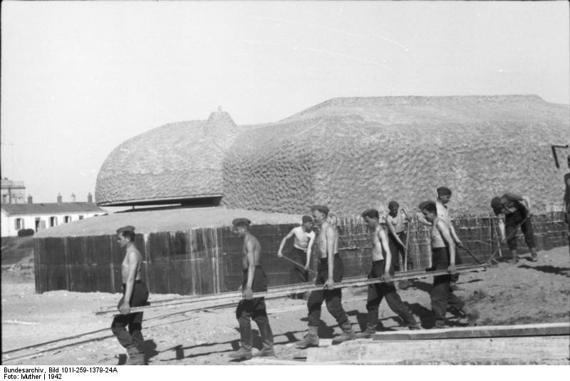 Travailleurs enrôlés de force sur Le mur de l'Atlantique en 1942.