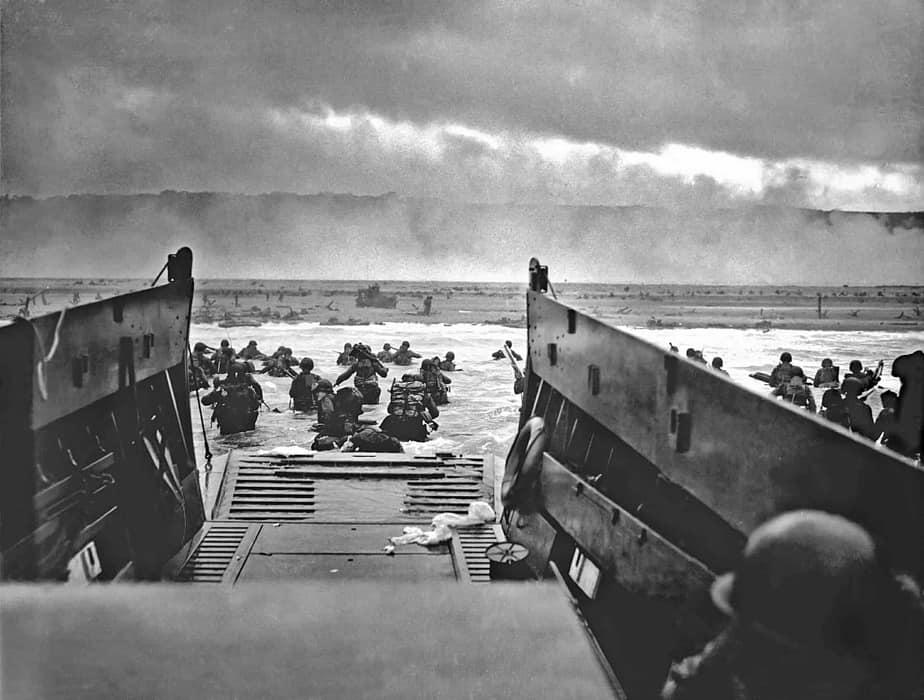 Vue à partir d'une barge des opérations de débarquement sur Omaha beach.