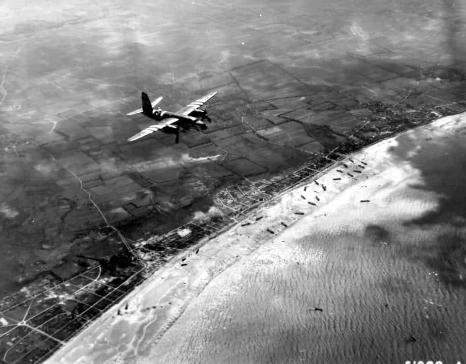 Vue aérienne du débarquement à Sword Beach à Hermanville à marée basse.