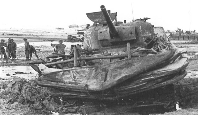 Sherman DD détruit sur la plage de Gold Beach.