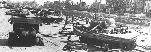 Des chars Sherman détruits sur la plage de Sword Beach