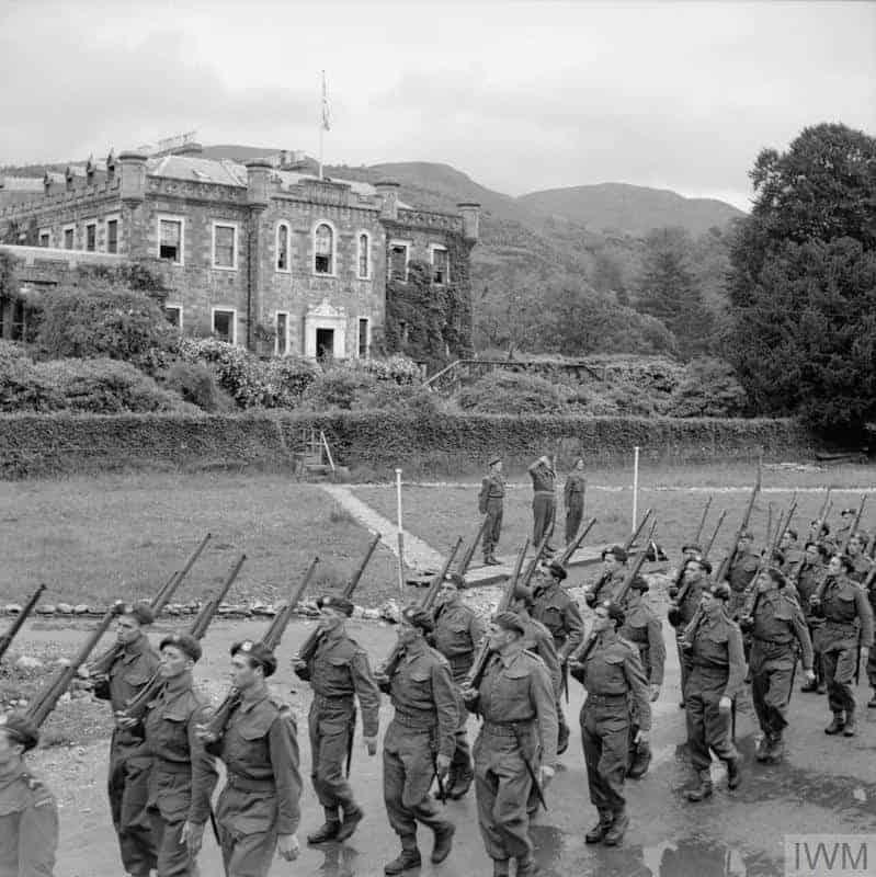 Les commandos français à l'entrainement en écosse dans le parc du chateau d'Achnacarry © IWM