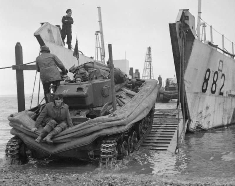 Un char d'assaut Valentine DD chargé sur une péniche de débarquement avant un exercice d'entraînement, Stokes Bay, Hampshire, janvier 1944