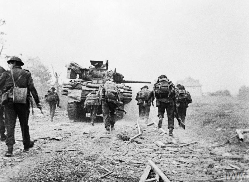 Un char soutient les commandos alors qu'ils se dirigent vers Ouistreham, le 6 juin 1944. © IWM.