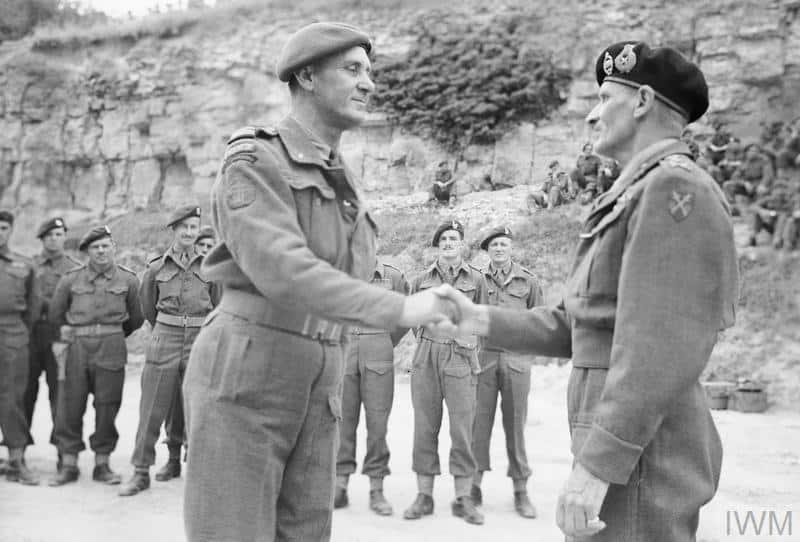 Le commandant Philippe Kieffer décoré par Bernard Montgomery pour l'action des commandos français