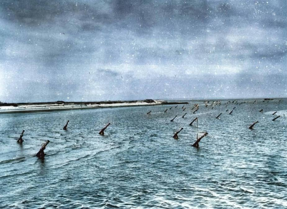 Des obstacles de plages allemands. Ces obstacles sont piégés pour détruire les embarcations alliées.