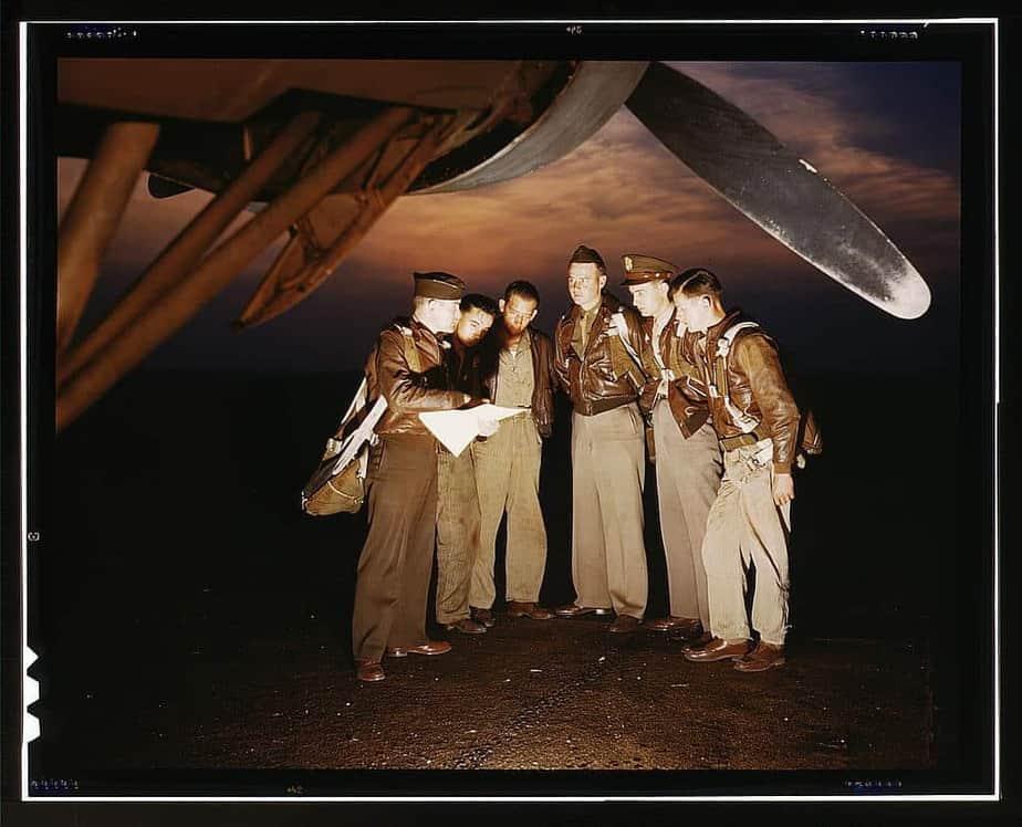 Une équipe de combat reçoit les dernières instructions juste avant de décoller dans un puissant bombardier YB-17
