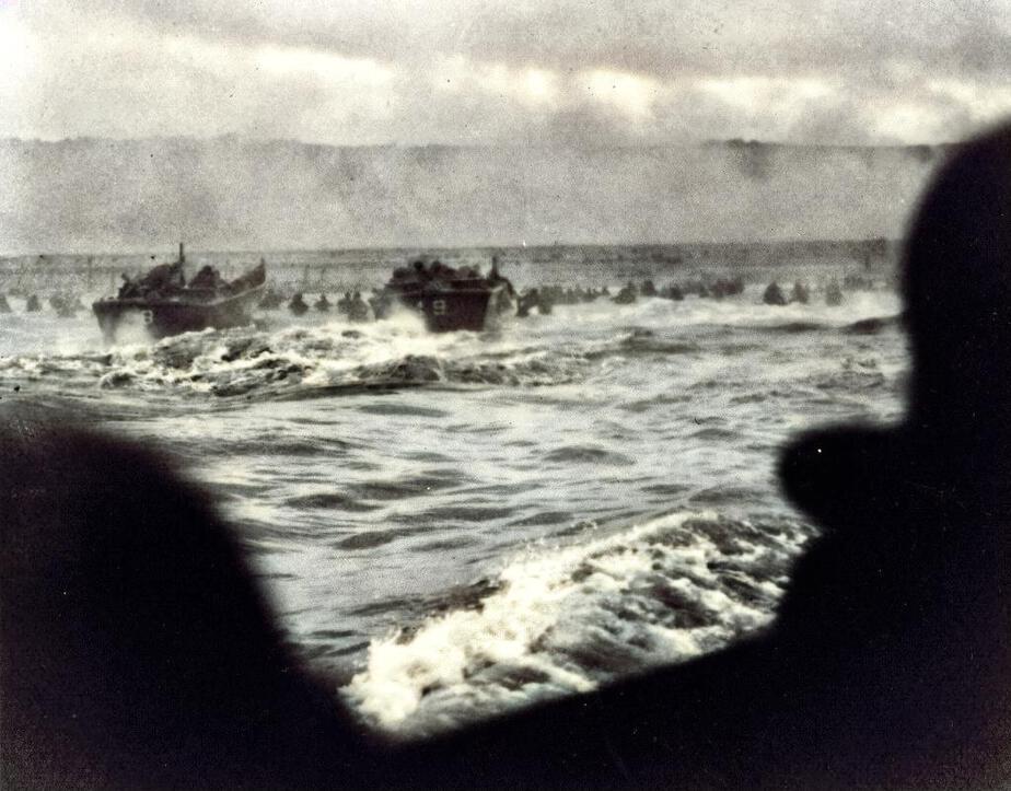 Barge de débarquement en approche sur Omaha Beach.